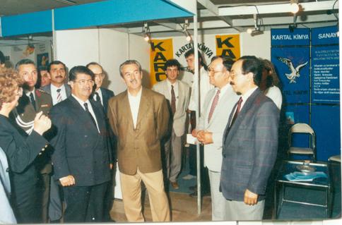 Turgut Özal ve Kartal Kimya standında.Yusuf Kanat ile