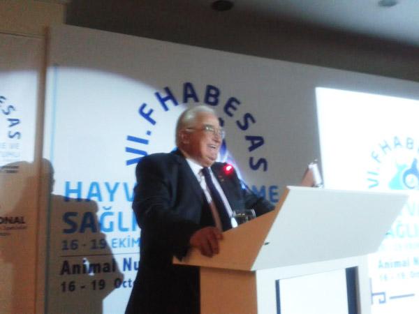Prof.Dr.Günal Akbay konuşmasını yapıyor