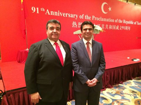 Shanghai Başkonsolosu Özcan Şahin(sağda) Zafer Karadağ ile