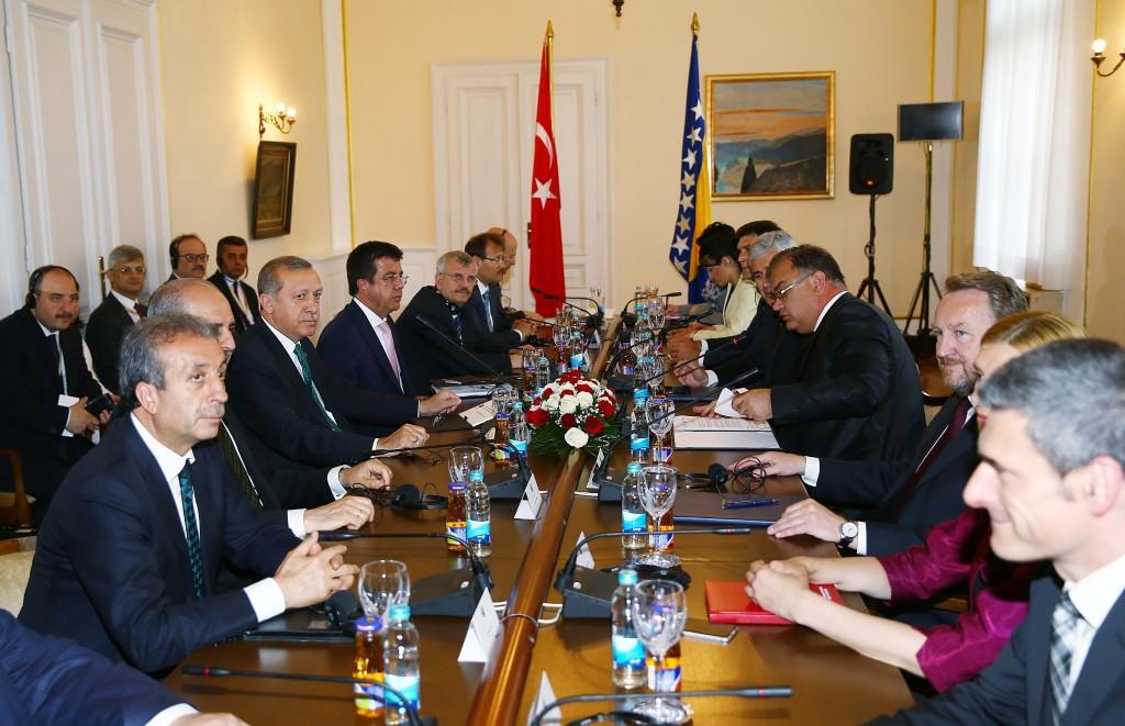 Cumhurbaşkanı Recep Tayyip Erdoğan, resmi ziyaret için geldiği Bosna Hersek'te Devlet Başkanlığı Konsey Başkanı Mladen İvaniç tarafından Cumhurbaşkanlığı Sarayı'nda resmi törenle karşılandı. Cumhurbaşkanı Erdoğan ve Devlet Başkanlığı Konsey Başkanı İvaniç