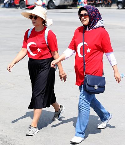 """Yenikapı Miting Alanı'nda gerçekleşecek """"Demokrasi ve Şehitler Mitingi"""" için, vatandaşlar saatler öncesinden miting alanına gelmeye başladı. ( Bülent Doruk - Anadolu Ajansı )"""