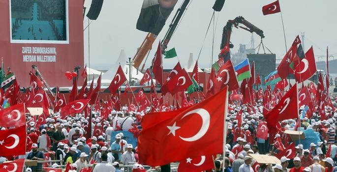 """Yenikapı Miting Alanı'nda gerçekleştirilecek olan """"Demokrasi ve Şehitler Mitingi"""" için, vatandaşlar saatler öncesinden miting alanına gelmeye başladı. ( Erhan Elaldı - Anadolu Ajansı )"""