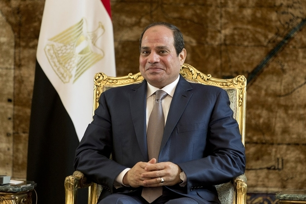 Egyptian President Abdel Fattah al-Sisi poses during a meeting with French Prime Minister Manuel Valls (unseen) at the presidential palace on October 10, 2015 in the Egyptian capital Cairo. Valls arrived in Egypt to start a three-country Arab tour aimed at boosting economic ties and for holding talks on the region's conflicts. AFP PHOTO / KENZO TRIBOUILLARD