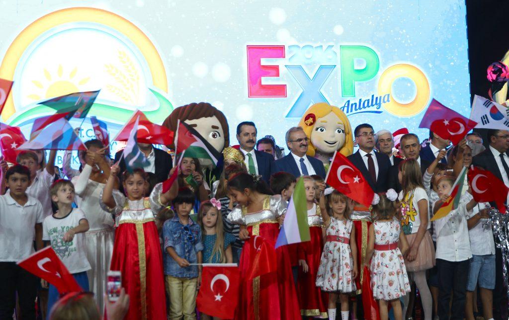 """""""EXPO 2016 Antalya"""" adıyla 191 gündür açık bulunan Dünya Botanik EXPO'sunun kapanış töreni gerçekleştirildi ve EXPO bayrağı Türkiye'den Çin'e devredildi. Törene katılan Gıda, Tarım ve Hayvancılık Bakanı Faruk Çelik ile Vali Münir Karaloğlu ve protokol üye"""