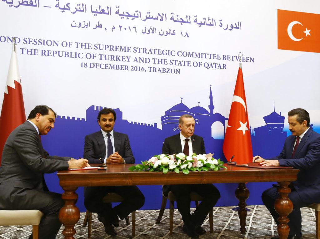 Cumhurbaşkanı Recep Tayyip Erdoğan ve Katar Emiri Şeyh Temim Hamad El-Tani, Trabzon'da düzenlenen Türkiye-Katar Yüksek Stratejik Komite İkinci Toplantısı'na katıldı. Türkiye-Katar Yüksek Stratejik Komite İkinci Toplantısı'nın ardından iki ülke arasında eğ