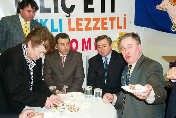İçişleri Bakanı Güler İstanbul Valisi iken fuarda Çiftlik Dergisi'nin kuruluş yıldönümünde  imtiyaz sahibimiz Aytun Konuralp ve Beyazder başkanı Demir Kunter ile.