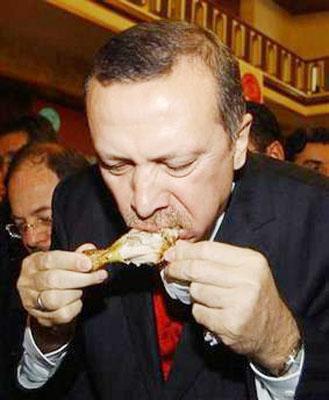 Başbakan Erdoğan TBMM'de piliç eti tanıtım toplantısında piliç yerken.Foto Çiftlik-Özel