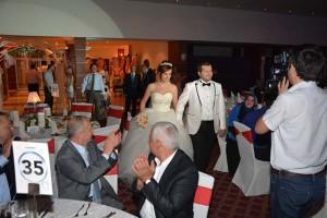 Öznur ve Özgür Sepin Düğün salonuna girerken görülüyor
