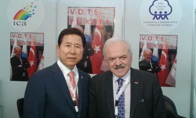 Cafer YUKSEL  ICAO BASKANI Mr. Choi ILE BIRLIKTE TURKIYE STANDINDA