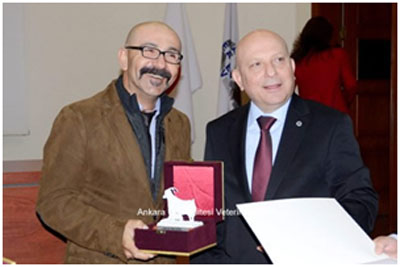 Prof. Dr. Serdar Diker, Prof. Dr. Nejat Aydın'a verilen plaketi alırken