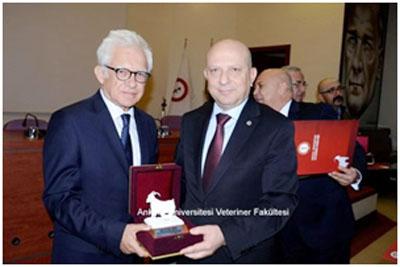 Prof. Dr. Erkan İbiş  Ankara niversitesi Rektörü Prof.Dr.Tahir Aksoy'a ödülünü verirken