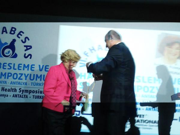 Ercan Petekkaya Prof.Dr.Rüveyde Akbay'a Onur Ödülünü sundu
