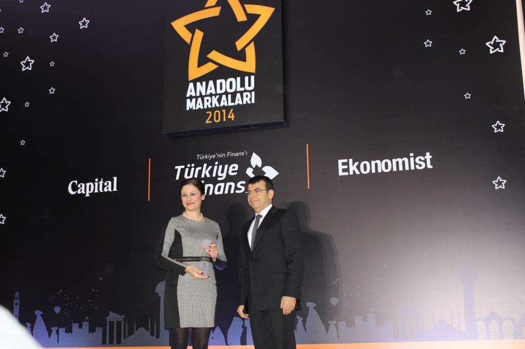 Ödülü, Tarım-Gıda Kategorisi Birincisi Kılıç Deniz'in Yönetim Kurulu Başkan Yardımcısı Ersin Kılıç Kızıltan, Ekonomist Dergisi Yayın Yönetmeni Talat Yeşiloğlu ndan aldı.