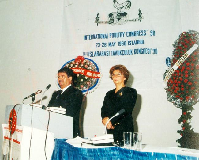 Cumhurbaşkanı Özal  1990 yılında Uluslararası Tavukçuluk Kongresini açış konuşmasını yaparken bilimsel Tavukçuluk derneği Başkanı Prof.Dr.Rüveyde Akbay ile birlikte görülüyor