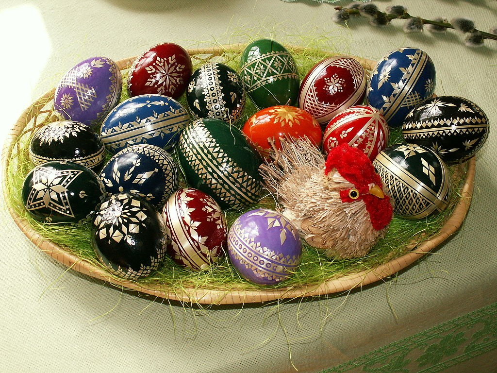 1024px-Easter_eggs_-_straw_decoration