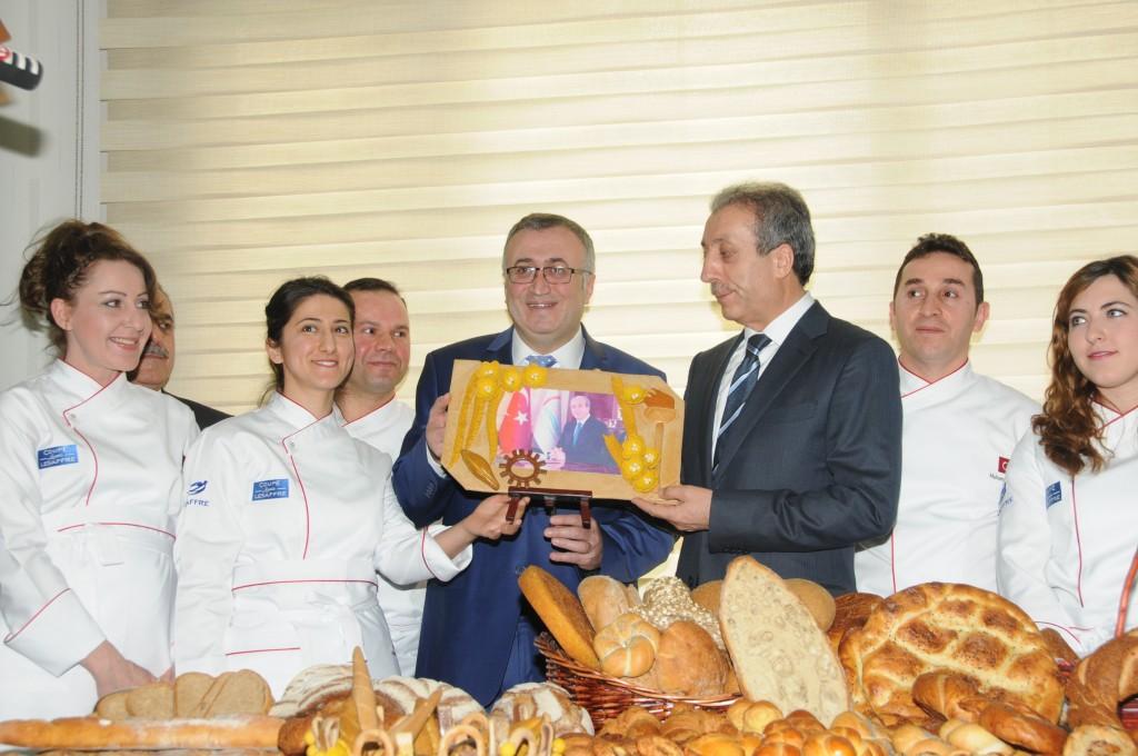 Lesaffre MECA (Ortadoğu ve Orta Asya Bölgesi) Müdürü Jose J. Berruga; Türkiye Fırıncılar Federasyonu Başkanı Halil İbrahim Balcı ve Türkiye Fırıncılar Milli Takımı'nın biraraya geldiği ziyarette, Milli Takım tarafından özel olarak hazırlanan ve ekmek hamurundan yapılan fotoğraf çerçevesi Bakan Mehdi Eker'e hediye edildi.