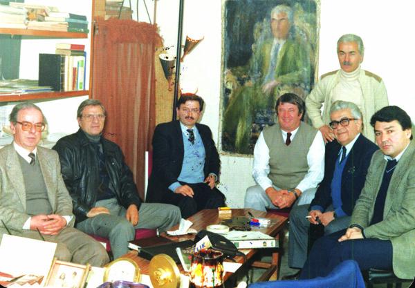 1980'Lİ YILLARIN BAŞINDA TOPLANAN DAMIZLIKÇI KURULUŞLARIN TAMBİLCİLERİ sÖĞÜTLÜÇEŞME'DE PAK TAVUK İŞLETMESİNDE TOPLANTIDA (Soldan:Şen Tavuktan Haşim Gürpınar,Tok Tavuk Bülban bey,Hür Holding Tahir Perek, Hollandalı damızlık  uzmanı,Pak Tavuk Yedvard  Bozacıyan    ,Ar Tavuk Mehmet Ülker ve Ayakta Pak Tavuktan Şaban Daştan (Fto;Çiftlik Dergisi Arşivi)