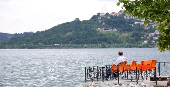 Geçen yaz kuraklıktan en çok etkilenen iller arasında bulunan Sakarya'daki Sapanca Gölü'nde su seviyesi bu yıl 3 metre yükseldi. Maksimum su kotuna erişen gölden 78 milyon metreküp fazla su tahliye edildi. (İbrahim Yozoğlu - Anadolu Ajansı)