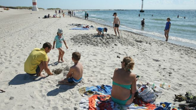 150723094420_uk_school_holiday_family_on_the_beach_624x351_getty