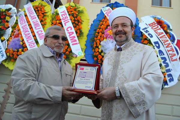 Ericek'e cami ve okul yaptırdığı için ödüller verildi