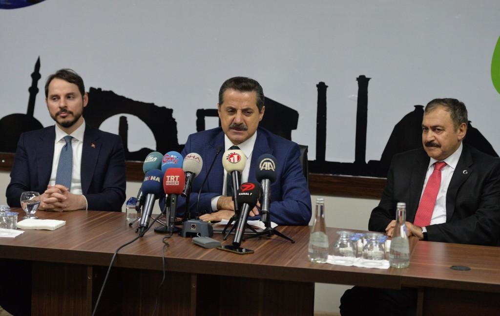 Gıda Tarım ve Hayvancılık Bakanı Faruk Çelik, Şanlıurfa'daki GAP Tarımsal Araştırma Merkezi'nde Güneydoğu Anadolu Bölgesi'ndeki çiftçilerle görüştü. Çelik, görüşmenin ardından gazetecilere açıklamada bulundu. Çelik'e Orman ve Su İşleri Bakanı Veysel Eroğlu ile Enerji ve Tabi Kaynaklar Bakanı Berat Albayrak da eşlik etti. ( Rauf Maltaş - Anadolu Ajansı )