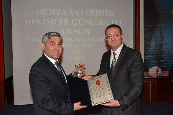 Ödül alan Veteriner Hekim Prof. Dr. İbrahim DEMİRKAN -