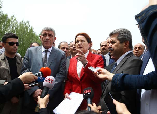Eski MHP Milletvekili Meral Akşener, kongrenin yapılması öngörülen Büyük Anadolu Oteli'nde incelemede bulunmak üzere otelin girişine geldi. Akşener, burada basın mensuplarına açıklamalarda bulundu. ( Erçin Top - Anadolu Ajansı )