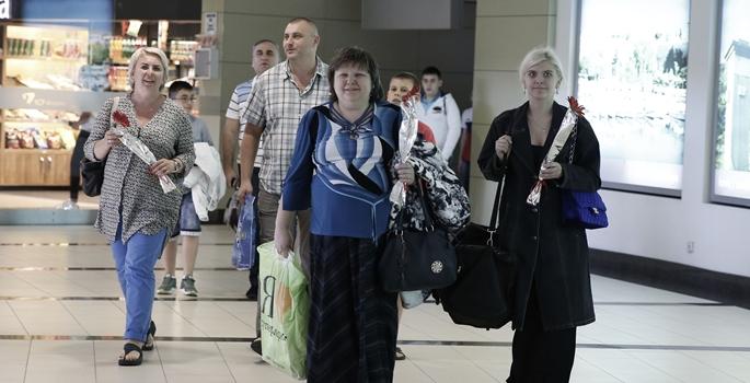 Rusya ile Türkiye arasında ilişkileri normalleştirmeye  dönük atılan adımların ardından Rus turist kafilesini taşıyan ilk uçak, Antalya Havalimanı'na indi. Moskova-Antalya seferini gerçekleştiren Rossiya Airlines'ın FV 5859 sefer numaralı Boeing 737-800 uçağı, 189 yolcusuyla Antalya Havalimanı 2. Dış Hatlar Terminaline geldi. Uzun bir aradan sonra gelen ilk Rus turist kafilesi, Antalya Havalimanı Mülki İdare Amiri Vali Yardımcısı Mehmet Yavuz, Antalya DHMİ Baş Müdürü Osman Serdar ve ICF Airports Antalya Havalimanı yönetimi tarafından çiçeklerle karşılandı. ( Mustafa Çiftçi - Anadolu Ajansı )