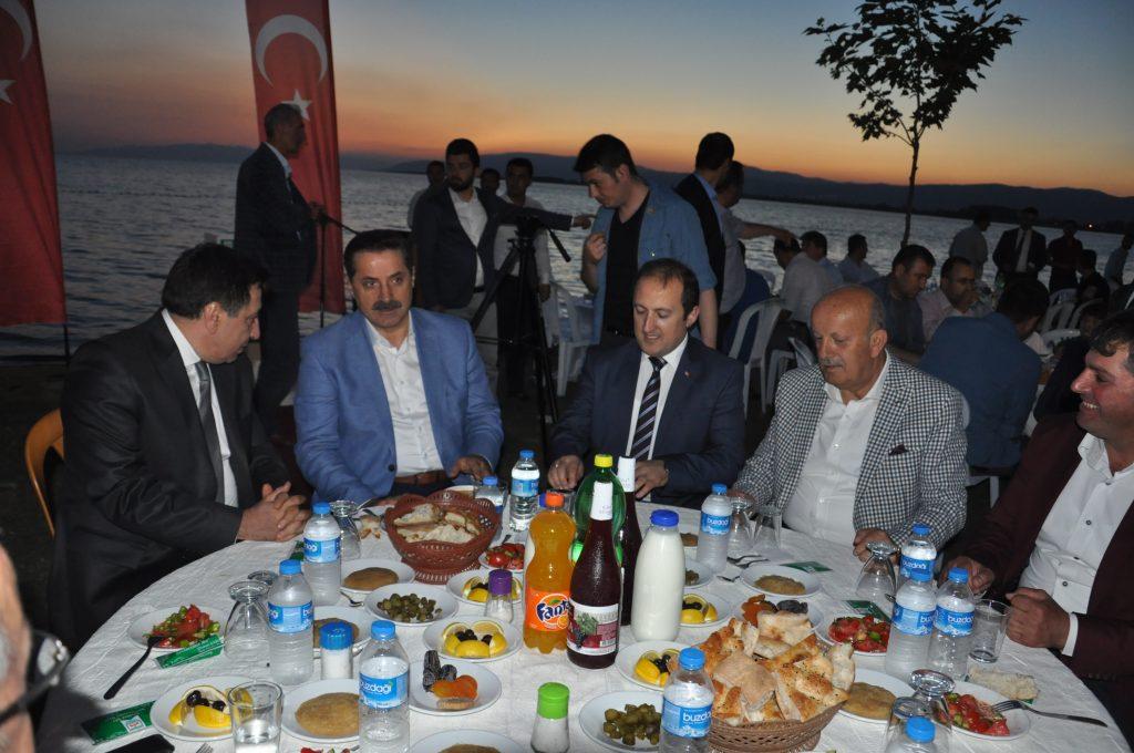Gıda Tarım ve Hayvancılık Bakanı Faruk Çelik, (sol2) Bursa'nın İznik ilçesinde Batum Kafkas ve Kültür Derneği'nin düzenlediği iftar yemeğine katıldı. ( Uğur Demirtaş - Anadolu Ajansı )