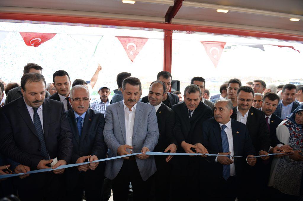 Gıda, Tarım ve Hayvancılık Bakanı Faruk Çelik (sol 3), Şanlıurfa'daki GAP SUKAY Tesisleri'nin açılış törenine katıldı. ( Rauf Maltaş - Anadolu Ajansı )