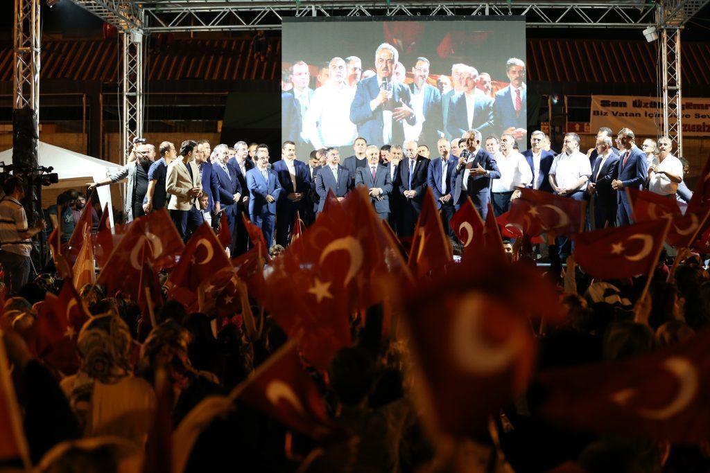 Sakarya'da, Fetullahçı Terör Örgütü'nün (FETÖ) darbe girişiminin ardından Demokrasi Meydanında devam eden demokrasi nöbetine on binlerce kişi katıldı. ( İbrahim Yozoğlu - Anadolu Ajansı )