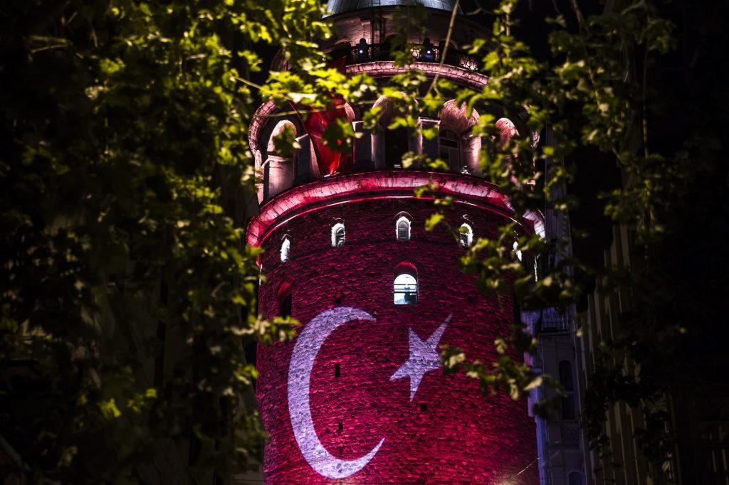 Fetullahçı Terör Örgütü'nün darbe girişimini protesto gösterileri kapsamında Galata Kulesi'ne Türk bayrağı yansıtıldı. ( Arif Hüdaverdi Yaman - Anadolu Ajansı )