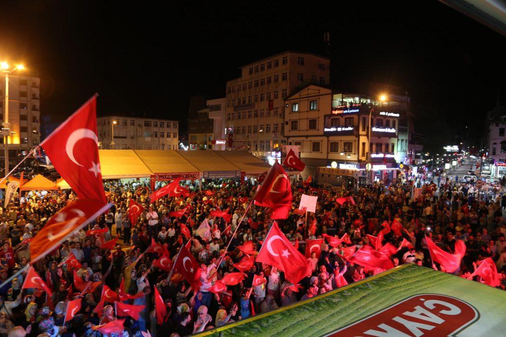 """Fetullahçı Terör Örgütü'nün (FETÖ) darbe girişiminin ardından, Rize 15 Temmuz Demokrasi ve Cumhuriyet Meydanı'ndaki """"demokrasi nöbeti"""" sürüyor. ( Salih Yıldırım - Anadolu Ajansı )"""