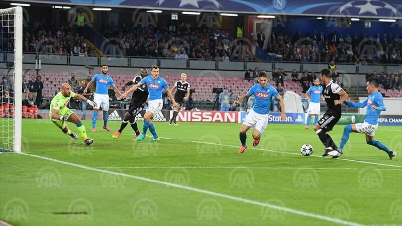 NAPOLİ (AA) - Beşiktaş, UEFA Şampiyonlar Ligi B Grubu 3. hafta maçında İtalya temsilcisi Napoli'yi deplasmanda 3-2 yendi. ( Anadolu Ajansı - Burak Yılmaz )