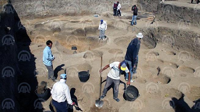 KIRKLARELİ (AA) - İstanbul Üniversitesi Edebiyat Fakültesi Arkeoloji Bölümü Prehistorya Ana Bilim Dalı Öğretim Üyesi Prof. Dr. Mehmet Özdoğan başkanlığında, Pınar Mahallesi Asilbeyli köyü yolu üzerinde gerçekleştirilen kazılarda, Avrupa'nın ilk çiftçilik hayatının Kırklareli'de geliştiğine ilişkin önemli bilgilere ulaşıldı. nı gördüklerini vurguladı. ( Anadolu Ajansı - Melda Altakhan )