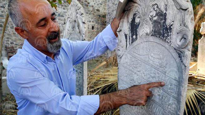 İZMİR (AA) - Konak ilçesinde bulunan 138 yıllık bir mezar taşında o döneme ait domates, et fiyatları yazıyor, pahalılık nedeniyle mezar sahibinin hayatını bamya yiyerek geçirdiği anlatılıyor. ( Anadolu Ajansı - Melda Altakhan )