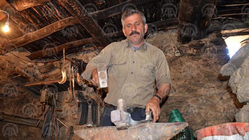 BİTLİS (AA) - Bitlis'in Hizan ilçesine bağlı 15 haneli terk edilmiş Tağ köyünde 25 yıldır tek başına yaşayan Hikmet Arıcı, köyde demircilik yaparak geçimini sağlıyor. ( Anadolu Ajansı - Ahmet Okur )