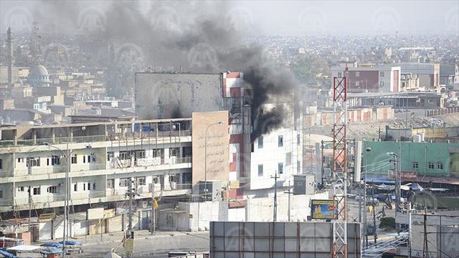 KERKÜK (AA) - Irak'ın Kerkük kentinde  daha çok Arap vatandaşların yaşadığı kentin güneyindeki Dumiz ile Arap ve Türkmenlerin yaşadığı batıdaki 1 Haziran semti ve Esra Mahkudin mahallelerinde çatışmalar sürüyor. Ancak nereye gizlendiği bilinmeyen ve hareketlilik gördüğünde hemen ateş eden DEAŞ'ın keskin nişancıları nedeniyle sokaklar bomboş. Dışarıda mahsur kalan vatandaşlar, bulundukları yerden çıkmak için anti terör timlerinin gelmesini ve DEAŞ militanlarının etkisiz hale getirilmesini bekliyor.  ( Anadolu Ajansı - Melda Altakhan )