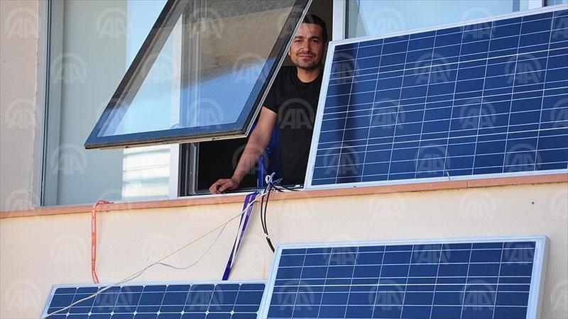 KASTAMONU (AA) - Kastamonu Üniversitesi Mühendislik ve Mimarlık Fakültesi Makine Mühendisliği Bölümü Öğretim Üyesi Yrd. Doç. Dr. Fuat Kartal, üniversitedeki odasının penceresine kurduğu güneş panelleri ve sistemle elektrik üretiyor. ( Anadolu Ajansı - Bilal Kahyaoğlu )
