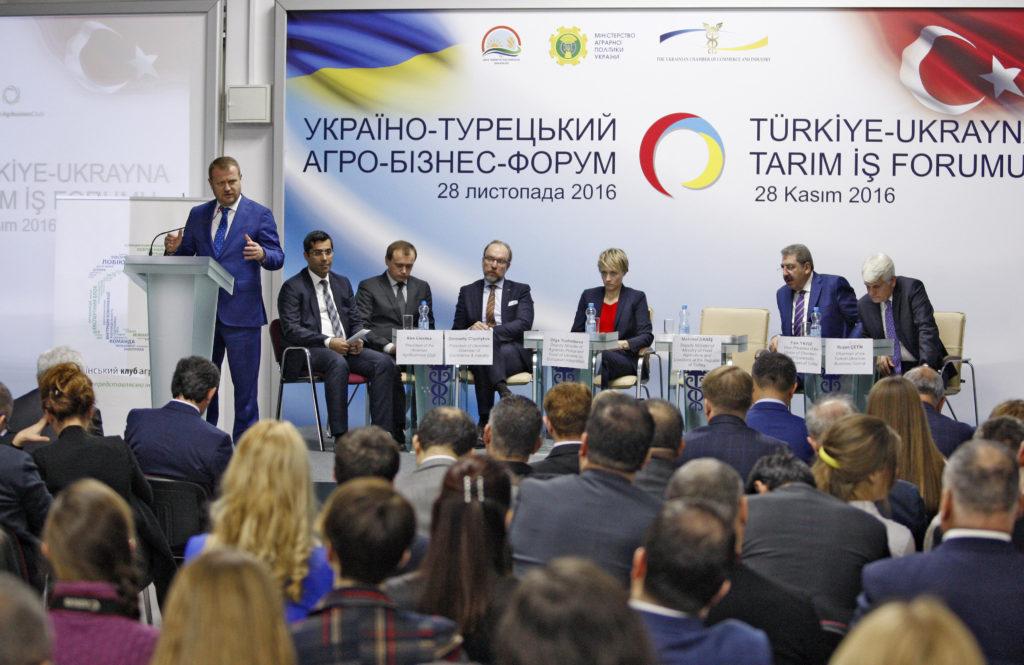 """Türkiye ile Ukrayna arasında tarımsal alanda iş birliğini geliştirmek üzere Ukrayna'nın başkenti Kiev'de Ukrayna Sanayi ve Ticaret Odası'nda """"Tarım İş Forumu"""" gerçekleştirildi. Foruma Gıda, Tarım ve Hayvancılık Bakan Yardımcısı Mehmet Daniş de konuşmacı o"""