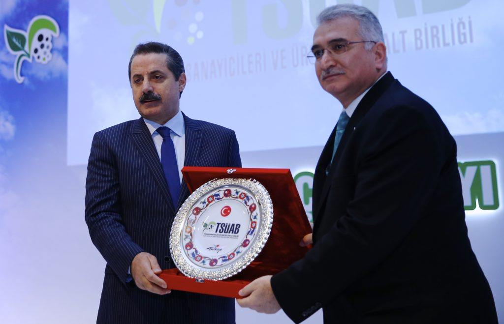 Gıda, Tarım ve Hayvancılık Bakanı Faruk Çelik (solda), Antalya'da düzenlenen Milli Tarımda Tohumculuğun Rolü ve Geleceği Toplantısı'na katıldı. Tohum Sanayicileri ve Üreticileri Alt Birliği Yönetim Kurulu Başkanı Burhanettin Topsakal (sağda), günün anısın