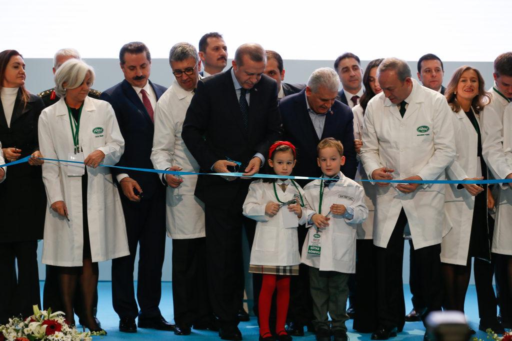 """Cumhurbaşkanı Recep Tayyip Erdoğan (sağ 4) ve Başbakan Binali Yıldırım (sağ 3), İzmir'in Tire ilçesinde """"SÜTAŞ Ege Sütçülük Projesi, Tire Entegre Tesisleri"""" açılış törenine katıldı. Cumhurbaşkanı Erdoğan ve Başbakan Binali Yıldırım açılış kurdelasını birl"""